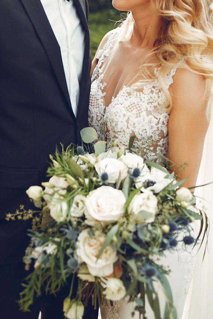 Brautpaar mit Blumenstrauss