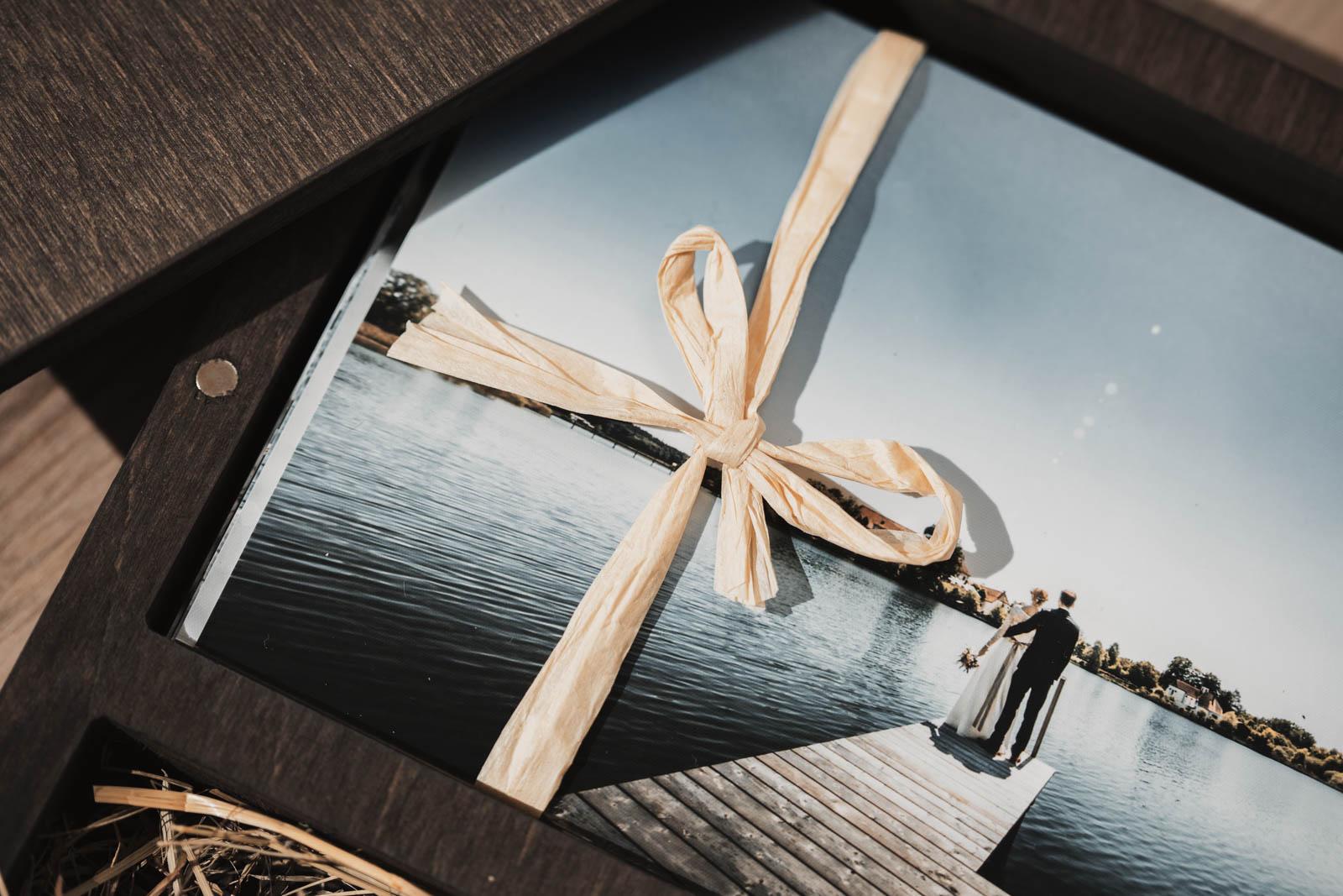 Holzbox-mit-USB-Stick-Hochzeitsfotograf-München-03